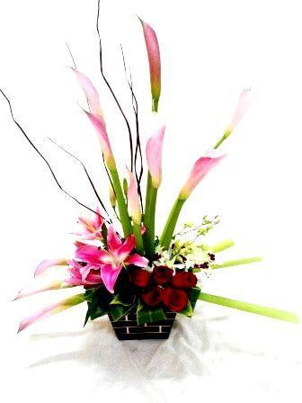 Arreglo floral con calas y rosas