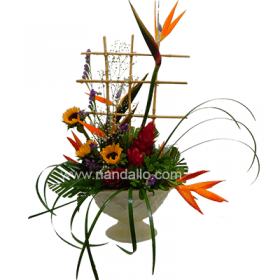 Original arreglo de flores tropicales