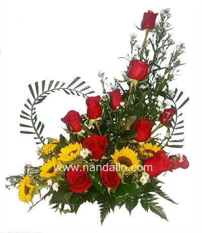 Arreglo Floral Con Rosas Y Girasoles Con Detalle En Forma De Corazón