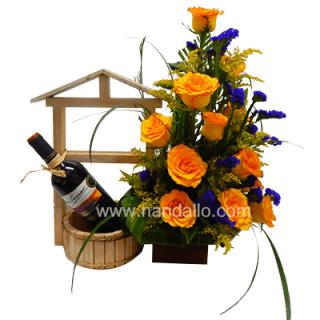 Arreglo floral con botella de vino y rosas amarillas