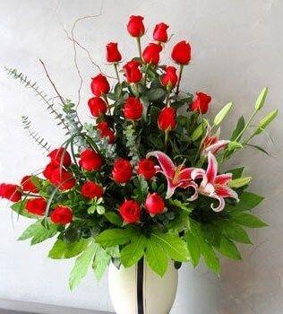 Arreglo Floral Con Rosas Y Lirios Stargaizer