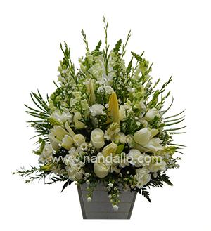 Arreglo floral fúnebre con rosas blancas