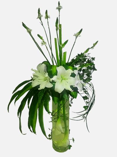Arreglo floral con calas lirios en base de cristal Floristera