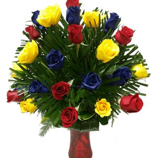 Florero con rosas azules, amarillas y rojas