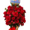 Florero con rosas para aniversario con chocolates