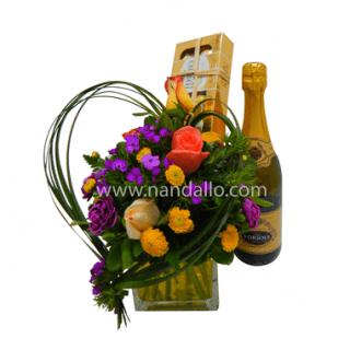 Arreglo floral con vino y chocolates
