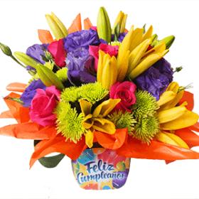 Arreglo floral de mesa con leyenda cumpleaños