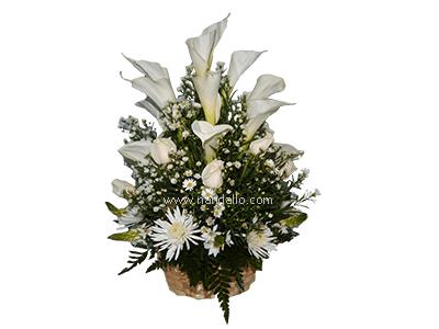 Tributo Floral Con Calas En Canasta De Mimbre