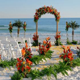 Decoración floral para bodas en playa con flores tropicales