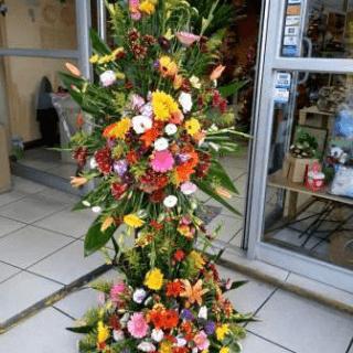 Arreglo floral para entrada de salón