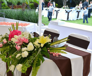 Arreglo frente de mesa con rosas rosadas