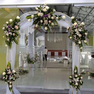 Decoración con flores para arco de eentrada