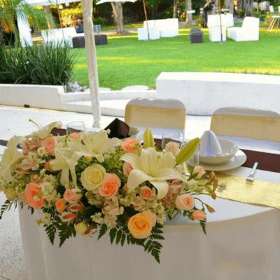 Arreglo de frente de mesa con rosas y lirios