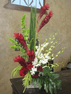 Arreglo floral con flores tropicales