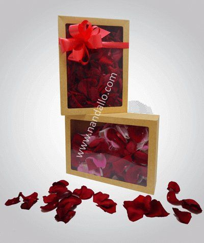 Caja con pétalos de rosa