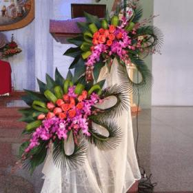 Arreglos florales tropicales para iglesia
