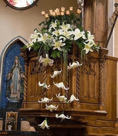Arreglo Decorativo Con Rosas Y Lirios Para Iglesia