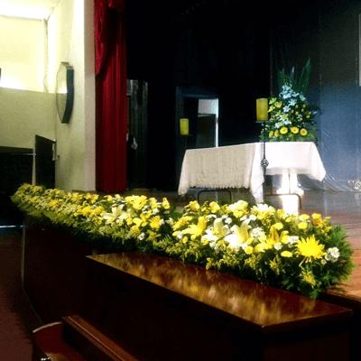 Jardinera con flores amarillas