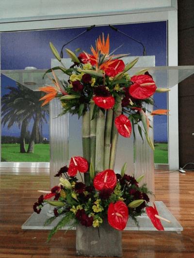Arreglos para podium con flores tropicales