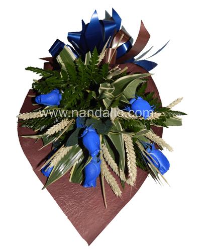 Ramo con rosas azules y espigas