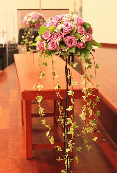 Arreglo floral para evento de rosas rosadas y hiedra
