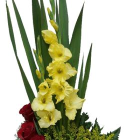 Areglo floral con rosas en espiral