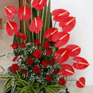 Arreglo floral con rosas y anturios