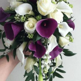 Bouquete con calas moradas y rosas