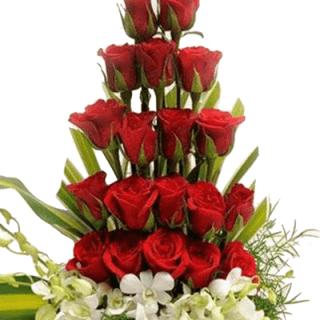 Arreglo floral escalonado con rosas y orquídeas