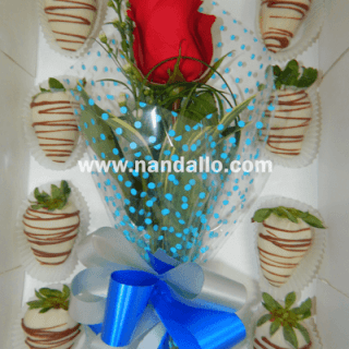 Caja de fresas y flor