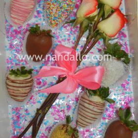 Caja de fresas con chocolate y rosas