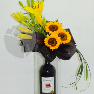 vino y flores en base de cristal