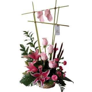 Arreglo floral rosado para nacimiento