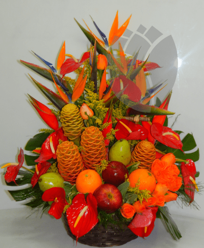 Arreglo tropical con frutas