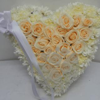 Tributo floral en forma de corazón